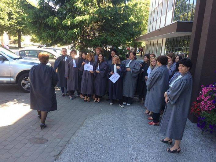 Foto: La protestul spontan au participat aproape toți grefierii de la Judecătoria Focșani