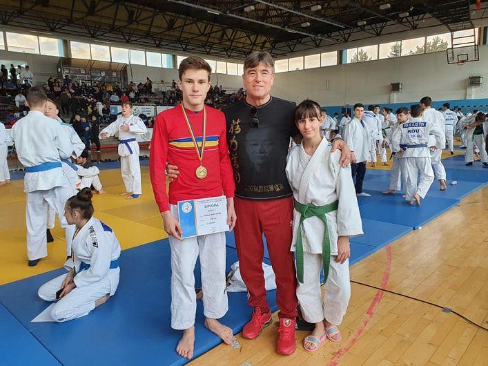 Elevii profesorului Sandu Dimitru Zisu, la Campionatul Național de Judo Individual Juniori II U-18 masculin și feminin de la Deva desfășurat în perioada 21-23 februarie 2020.RobertIamandi camion național la categoria 50 kg și  Alina Crăciun locul V