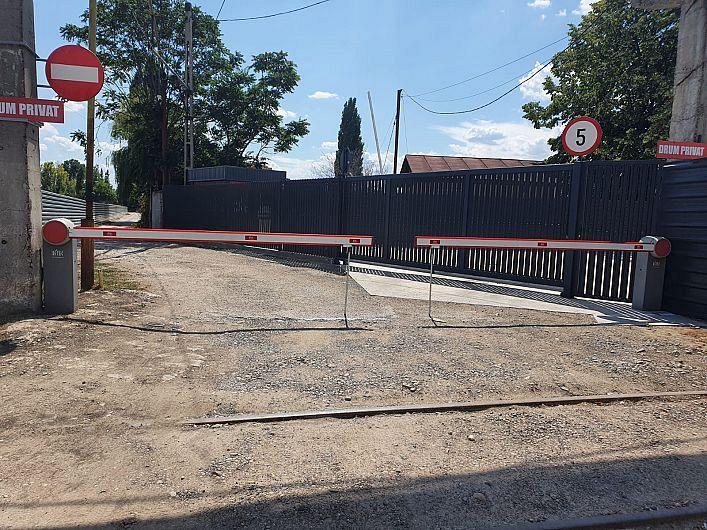 Bariera și gardul ridicate de S C General Construct pe terenul din Focșani, Str. Cotești nr. 101, care ar trebui desființate conform Ordonanței Președințiale pe cale de a fi executată prin intermediul executorului judecătoresc