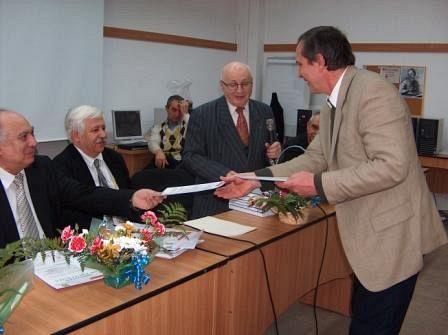 Profesorul de matematică odobeștean  Vasile Tarniciu într-o fotografie ca participant la sărbătorirea academicianului Marcus Solomon
