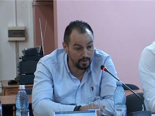 Președintele secției de fotbal a CSM Focșani 2007, Marius Bratu gireză momentan  și funcția de antrenor al echipei de seniori a clubului