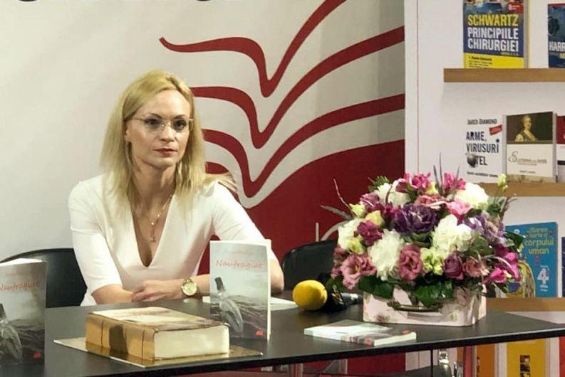 """Foto: Scriitoarea Roxana Mihalcea, la evenimentul de lansare a volumului """"Naufragiat"""", în cadrul Târgului Internațional de Carte Gaudeamus 2019. Sursă: Facebook"""