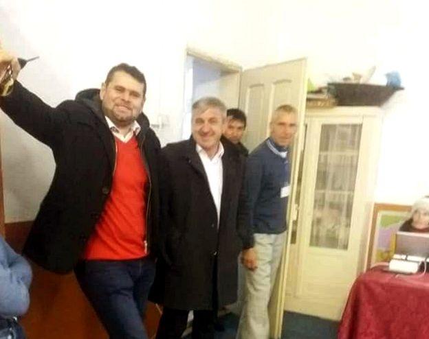 La Năruja, primarul PSD Grigore Mihăeș și viceprimarul PSD Saulea Ionel sunt acuzați că duc oameni la vot cu mașina și influențează alegătorii în secție