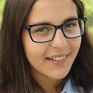 """De loc din Păunești, Irina Novac este elevă a Colegiului """"Emil Botta"""" din Adjud, iar în prezent se află în SUA, în Albuquerque, New Mexico, ca bursieră FLEX, unde studiază la Amy Biehl High School Foundation pentru un an. Ea activează în cadrul clubului de jurnalism Tineret în (re)acţiune și publică în Ziarul de Vrancea."""