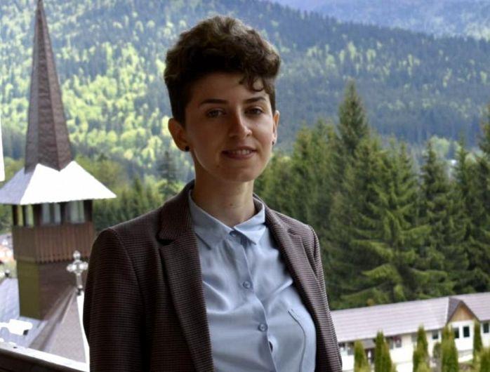 Vrânceanca Ionelia-Geanina Bratu a absolvit anul acesta Facultatea de Geografie a Universității București. O reușită cu atât mai strălucitoare cu cât, în toți anii de studenție, fata, în vârstă de 22 de ani, din Nereju, Vrancea, a înfruntat cu curaj o boală cumplită: cancerul.Foto:libertatea.ro