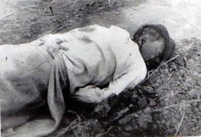 Țăran executat în timpul uneia din revoltele împotriva colectivizării. Sursă foto: Fototeca online a comunismului românesc, Rascoale taranesti [Fotografia #NA026]-fotografie preluată de pe site-ul:.memorialsighet.ro