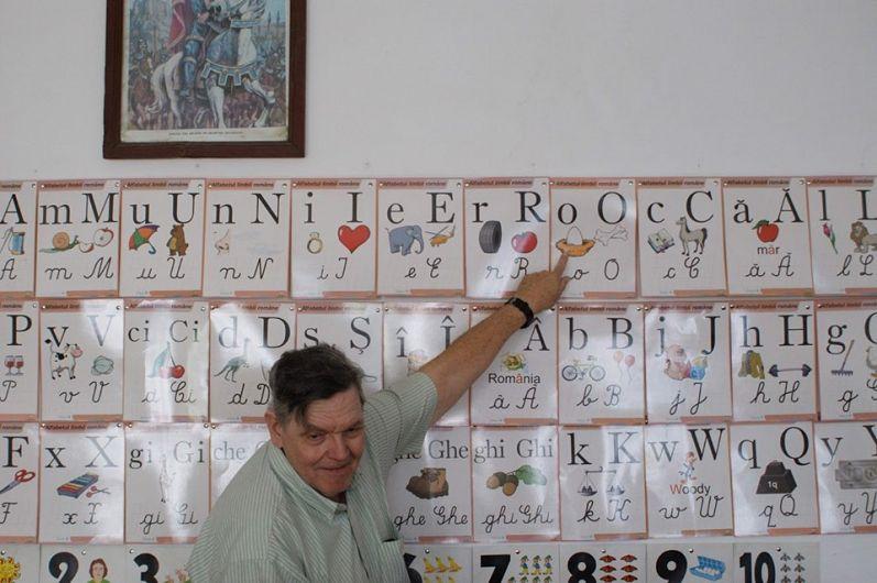 John Korst, voluntar al proiectului #CarteInSate, îi învață pe copii cuvinte în limba engleză