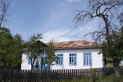 Școala satului Țipău. În fereastra din mijloc sunt cărțile dăruite de noi.