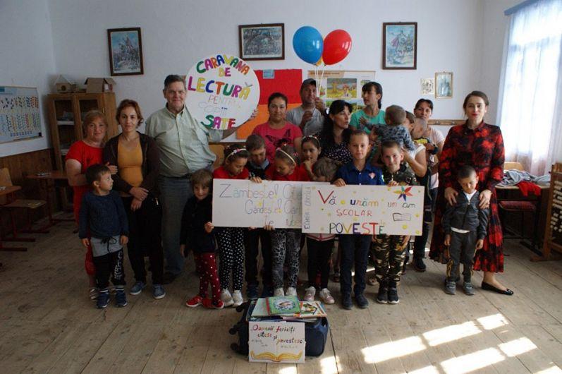 Fotografia de grup cu copii,părinți, povestași și valiza lui #Cărțilă
