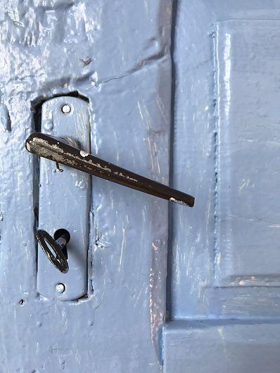 Cel care deschide uşa unei şcoli, închide o închisoare. – Victor Hugo