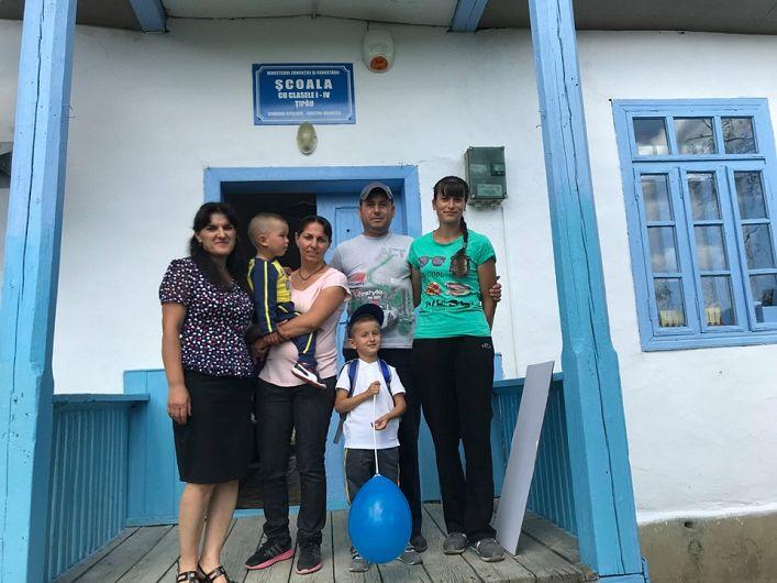 Copii și părinți pe prispa școlii la deschiderea anului școlar