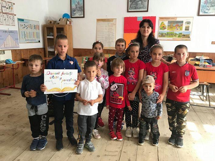 Doamna învățătoare Neagu alături de copilașii pe care îi pregătește în acest an școlar. Priviți de copii frumoși care așteaptă să fie modelați pentru viitor!