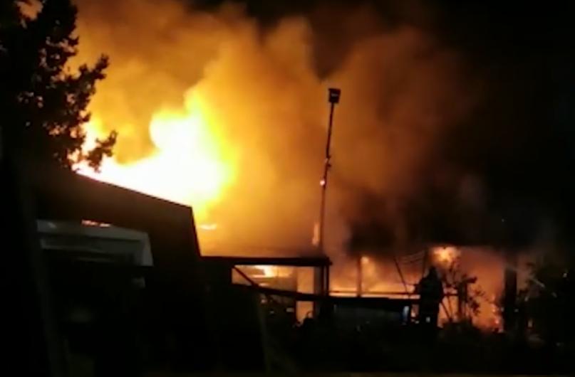Preotul Costel Paizan, originar din Păunești, şi soţia sa, directoarea şcolii 178 din Capitală și-au pierdut viața miercuri seară, într-un incendiu provocat de furtună, după ce casa lor a fost trăsnită. Sursă foto: observatornews.ro