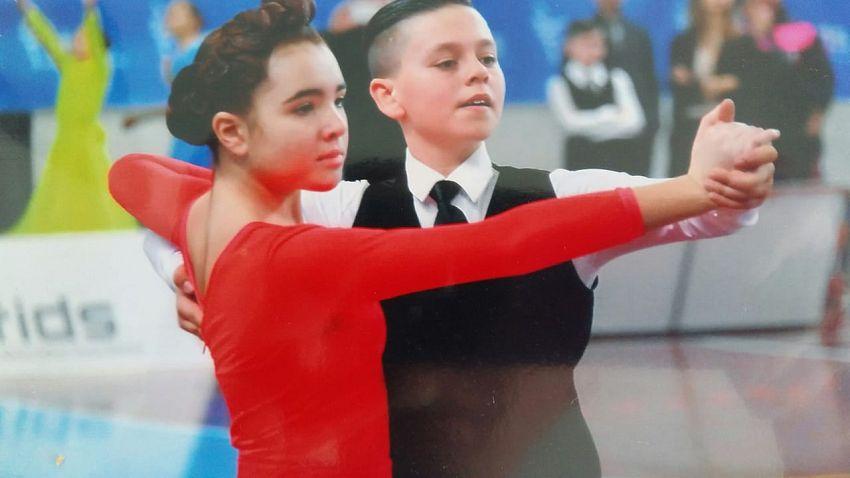 Alexandru Massimo Ilie, născut la Răcoasa, alături de perechea sa, italianca Sofia Orlandi. Ambii au devenit campioni naționali ai Italiei la dans sportiv, categoria 12-13ani, pentrustilul de dans standard și latin combinat