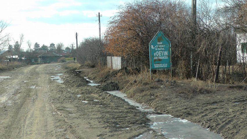 Foto: Una dintre porțiunile din drumul cu gropi a fost închis