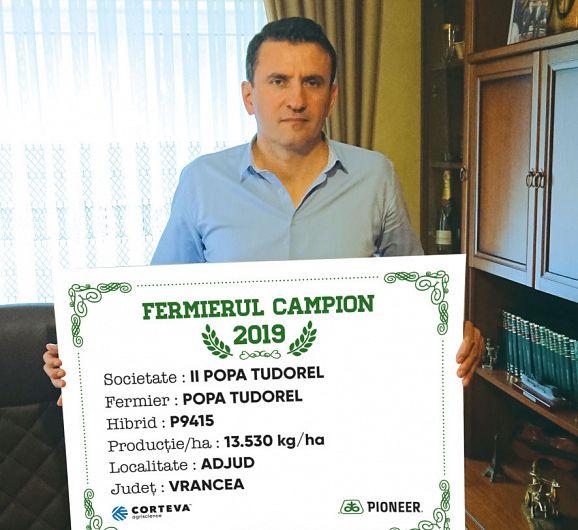 Fermierul vrâncean Popa Tudorel a fost desemnat campion al zonei Moldovei pentru producția de porumb în anul 2019. El a cultivat hibridulP9415și a obținut13.530 kg/ha. Foto:lumeasatului.ro