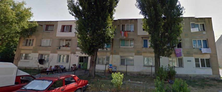 """Blocul nr. 17 de pe str. Revoluției din Focșani (sau """"blocul Laminorul"""", cum mai este cunoscut), aparținând Primăriei, în care locatarul Motoc Viorel este terorizat în probleme de liniște publică de concubinul vecinei sale (locatar fără forme legale), fără ca nimeni să-l poată ajuta"""