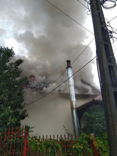 În urma unui incendiu izbucnit la o locuință situată în localitatea Chiricari, comuna Nereju., a cărui cauză probabilă a constituit-o trăsnetul, au ars:o locuință în suprafață de aproximativ 200 mp, compusă din 7 camere, o bucătărie și un hol; mobilier; electrocasnice și alte bunuri de uz goispodăresc.Foto pentru informare și ilustrare articol din arhiva ZdV/Credit foto:Mediafax