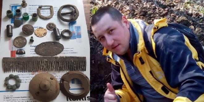 Vrânceanul Claudiu Ilie din Câmpineanca, împreună cu o parte din comorile descoperite de el cu detectorul de metale. Foto:emigrantul.it