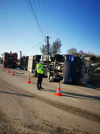 Un autotren care transporta porci s-a răsturnat ,miercuri 25 noiembrie 2020 în jurul orelor 11:00 pe DN23A-Milcovul.Foto:IPJ Vrancea