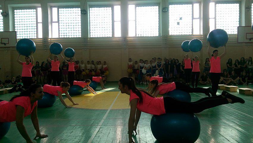 Foto 4:  Elevele Liceului Pedagogic – lectie de fitness