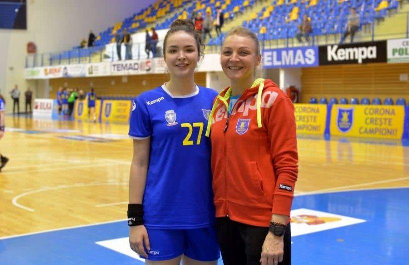 Simona Gogârlă, fosta valoroasă handbalistă originară din Vrancea,împreună cu fiica sa Alicia, care-i calcă pe urme ca sportivă