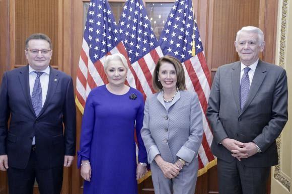 Premierul Viorica Dăncilă a avut marți o întrevedere cu Nancy Pelosi, președintele Camerei Reprezentanților, căreia i-a adresat o invitație din partea lui Liviu Dragnea de a vizita România. În fotografie, de la stânga la dreapta: George Maior, ambasadorul României în SUA, Viorica Dăncilă, Nancy Pelosi și Teodor Meleșcanu, ministrul de externe al României Foto: gov.ro