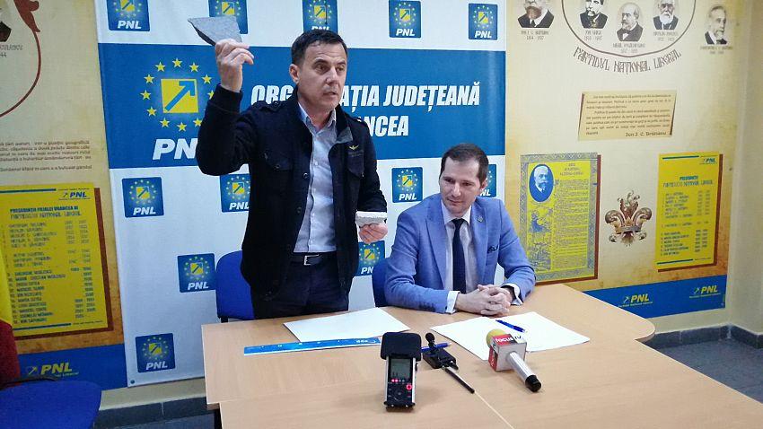 Deputatul Ion Ștefan a măsurat lățimea dalelor în fața presei