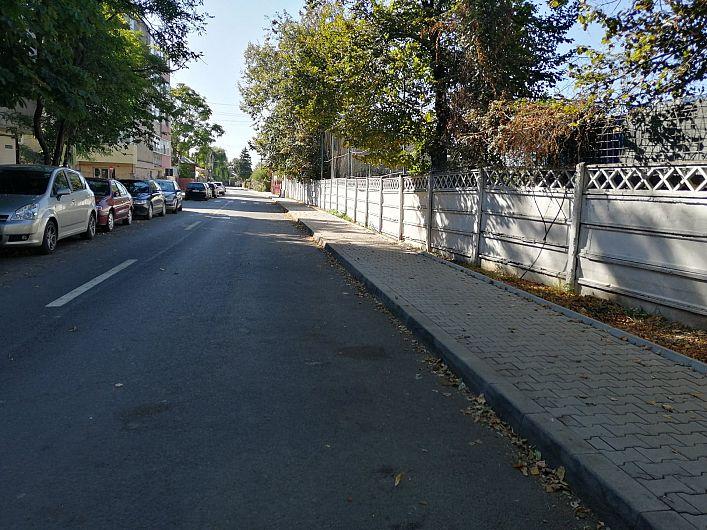 Foto 4  Oamenii spun că un trotuar atât de lat făcut pe lângă gardul ISU nu are justificare