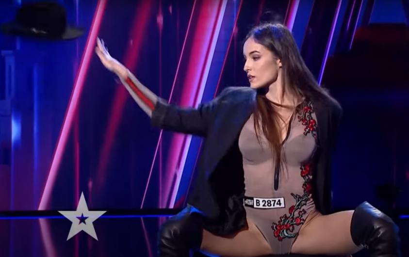 """Focșăneanca Roberta Anghel, în vârstă de 25 de ani, este dansatoare și antrenoare de fitness. În cel mai nou sezon al emisiunii """"Românii au talent"""", tânăra a interpretat un dans incendiar. Foto:wowbiz.ro"""