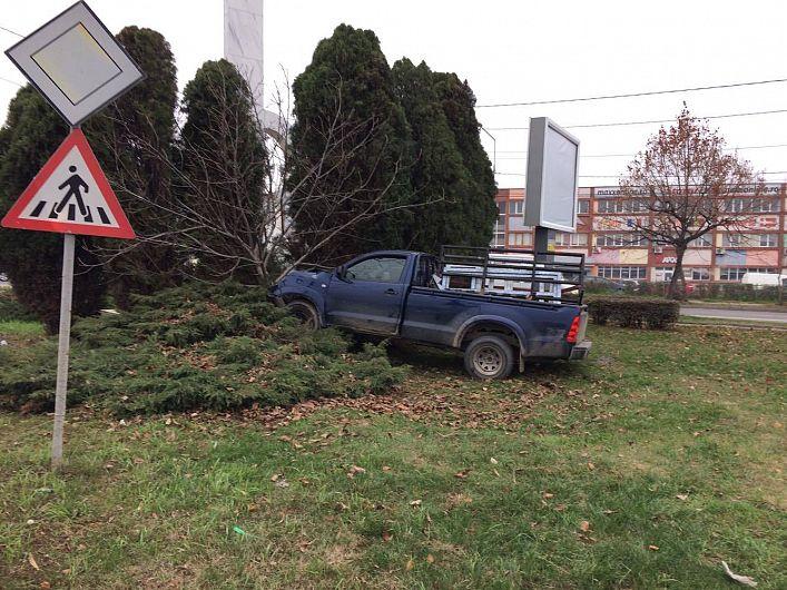 Foto: Unui alt șofer i s-a făcut rău și a ajuns cu mașina într-un pom la ieșirea din Focșani